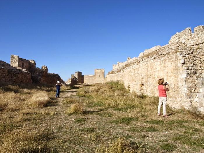 Explanada en el interior de la fortaleza