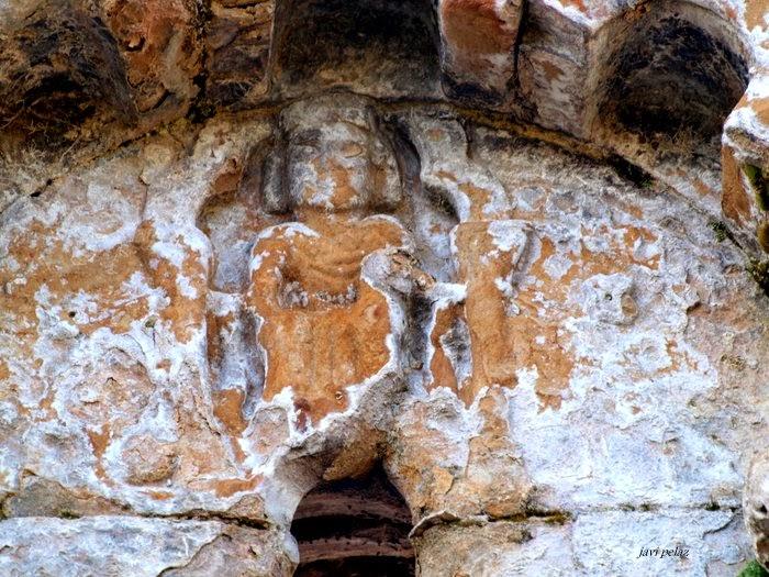 Relieve de Cristo Salvador en el ventanal contiguo de la portada sur