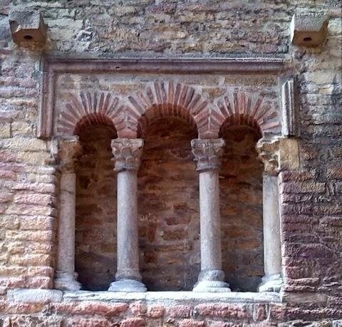 Ventana trífora de San Tirso