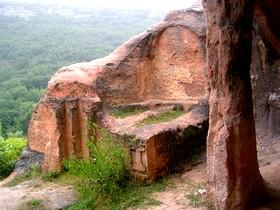 San Pedro de Argés: Capilla funeraria con dos tumbas antropomórficas en el fondo de la nave sur.