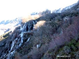 Villaescusa de Ebro. Lugar del emplazamiento de la tres cuevas, la derecha de las cascadas del Tobazo.