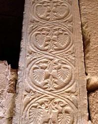 Pilastra visigoda reutilizada en la alcazaba de Mérida