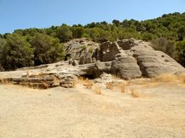 Bobastro: Vista general de la roca y la basílica excavada