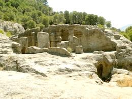 Bobastro: Vista de los restos de la basílica desde el costado norte