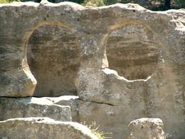 Bobastro: Detalle de los arcos de herradura entre las naves central y sur