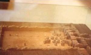 Cabeza de Griego: Maqueta existente en el Museo Arqueológico de Madrid basada en la información de Cornide