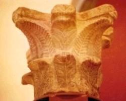 Cabeza de Griego: Capitel perteneciente a otra basílica que existía en la parte alta de la ciudad