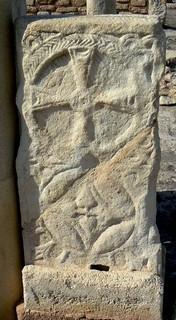 Basílica de Eio: detalle de cancel decorado con crismón en el acceso sur al santuario