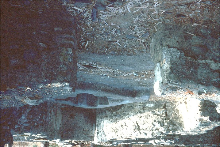 Detalle de la pila bautismal en el compartimento norte de la cabecera occidental.Las fotografías fueron tomadas durante la excavaciones del verano de 1977.