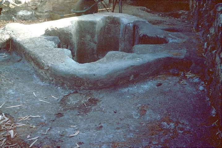 Pila bautismal de inmersión en forma exterior de pez y cuatrilobulada en su interior, tallada en una piedra. Consta de los siete escalones que corresponden a los siete grados del misterio del Espíritu Santo.