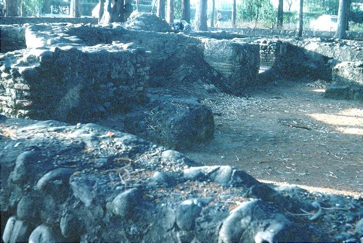 Vista de la triple cabecera del costado oeste desde el pórtico sur. Observar el ábide semicircular y a continuación la puerta de acceso al baptistetio.