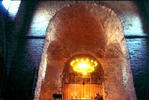 Ábside de San Pedro de Tarrasa con el retablo de seis arcos