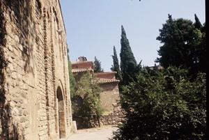Tarrasa: Fachada románica de San Pedro con San Miguel al fondo