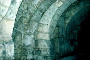 Cripta de San Antolín: Detalle del tipo de construcción y del arco de herradura