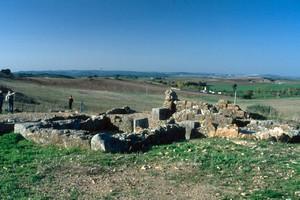 glesia de Valdecebadar: Vista desde el ángulo Sudeste. A la derecha, la cabecera en planta de herradura y en primer término, la estancia (sacristía) Sur. (Noviembre de 2003).