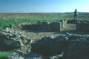 Iglesia de Valdecebadar: Vista del ábside desde el Norte. Al fondo, puerta de acceso a la estancia Sur. (Noviembre de 2003)