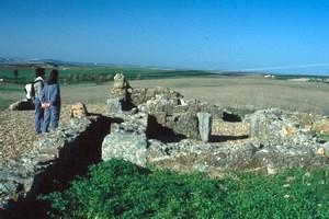 Iglesia de Valdecebadar: Vista desde el Sur del anexo ('sacristía') Sur. Se aprecia el espacio entre el muro Oeste de dicha estancia, y el muro Este del brazo Sur. (Noviembre de 2003)