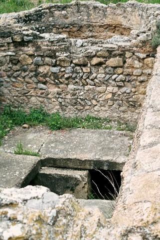 Mausoleo de la Alberca: Planta inferior, muro de separación del ábside y tumbas en el suelo