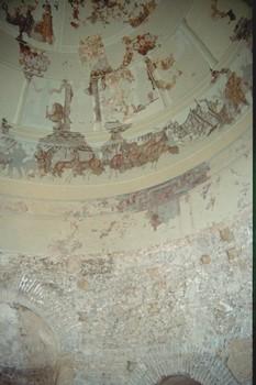 Mausoleo de Centcelles. Vista parcial de los mosaicos de la cúpula. Debajo en la parte cilíndrica de la estancia, se intuye uno de los escasos restos de pintura mural: El retrato de una dama con diadema de perlas