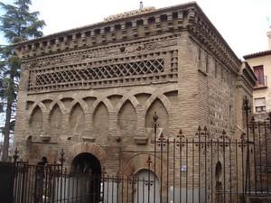 Fachada principal actual. A la derecha el muro de la qibla, con un único arco de herradura, que daba acceso al mihrab