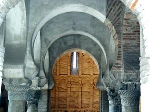 Cristo de la Luz. Detalle de los pilares, con columnas y capiteles a distinta altura