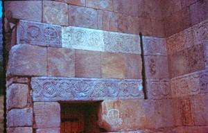 Quintanilla de las Viñas: Detalle de la decoración exterior del muro de crucero