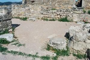 Recópolis: Detlle de las basas de las columnas que existían en el nártex de entrada