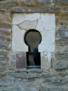 Santianes de Pravia: Ventana exterior con arco de herradura
