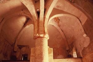 San Baudelio de Berlanga: Vista de la estructura bóveda alrededor del pilar central