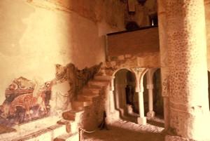 San Baudelio de Berlanga: Detalle del muro sur. Pinturas y escalera