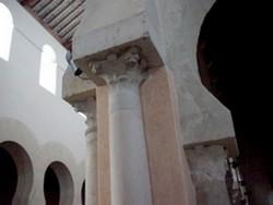 San Cebrián de Mazote: Columnas y capiteles adosados a un pilar del cimborrio, a más baja altura el de la nave lateral