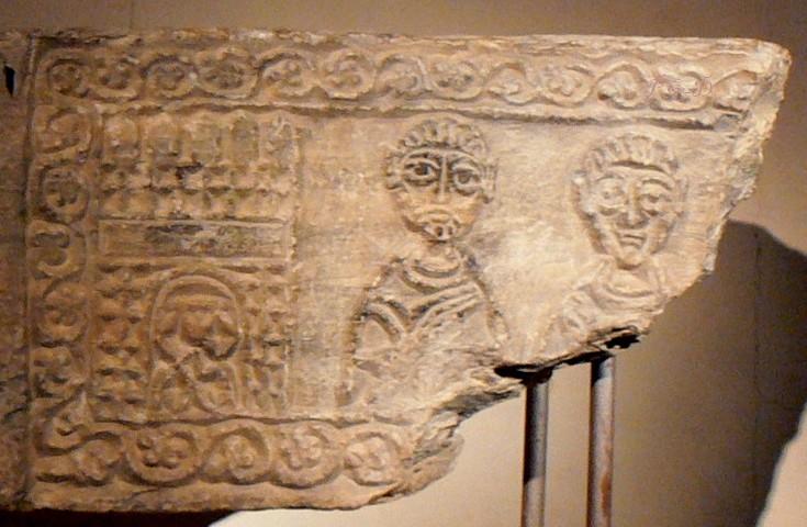 Detalle de placa con decoración mozárabe encontrada en las excavaciones. (Foto gentileza de O. Otero)  . Por sus estructura y contenido recuerda a la decoración de Quintanilla de las Viñas.