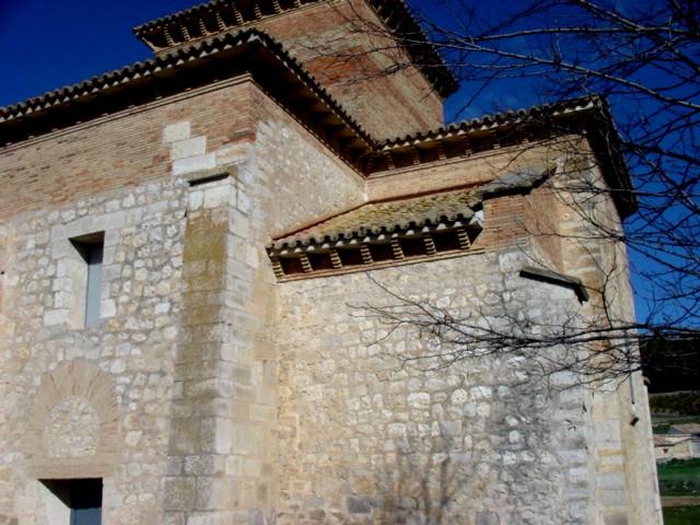 Vista de la cabecera desde el sudeste. Las partes reconstruidas en su restauración están añadidas en ladrillo.
