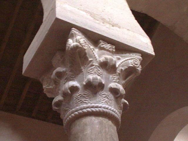 Detalle de capitel mozárabe. Observar el collarín sogueado de tipo asturiano.