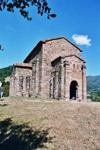Santa Cristina de Lena: Vista exterior. Observese el sistema de contrafuertes.