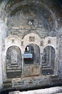 Santa Cristina de Lena: Vista de la cabecera y el iconostasis