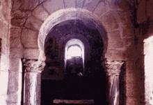 Santa Comba de Bande: Detalle del arco toral de entrada al ábside