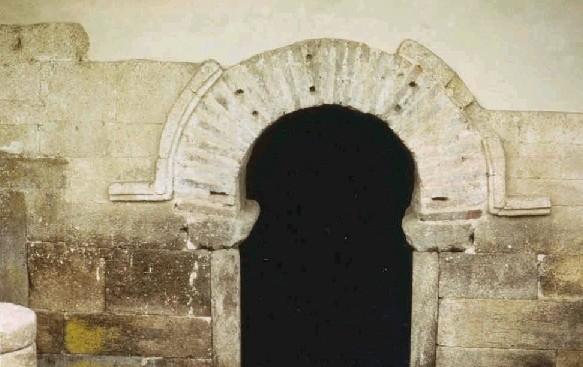 Santa Eulalia de Bóveda: Arco de entrada en forma de herradura.