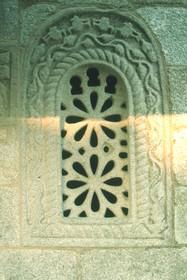 San Ginés de Francelos: Detalle de la ventana con celosía.