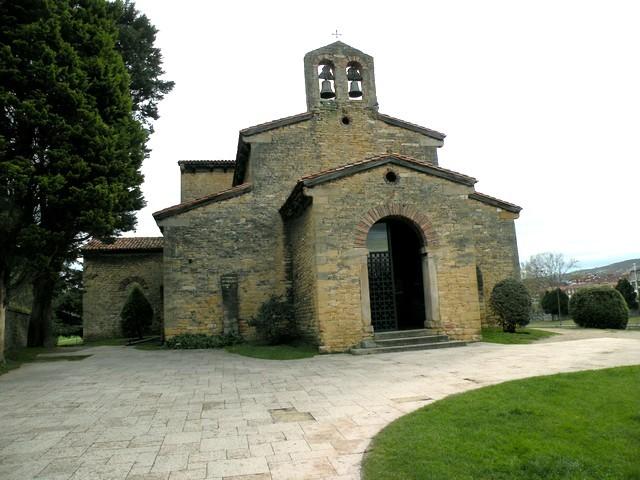 San Julián de los Prados: Fachada oeste con el pórtico de entrada. La espadaña es un añadido posterior.