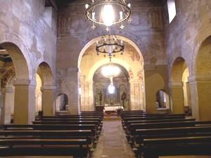 San Julián de los Prados: Vista interior desde la nave central. Arco triunfal sobre el crucero y arcos de los ábsides