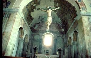 San Julián de los Prados: Detalle del ábside central y de las arquerías ciegas de sus tres muros.