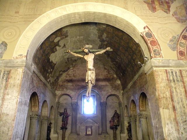 Detalle del ábside central, de mayor tamaño que los laterales. Observar las arquerías ciegas habituales en el prerrománico asturiano y la decoración pictórica.