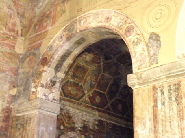 Vista de las pinturas del ábside norte y su entorno. Se pueden observar en color las originales y reconstruido únicamente el dibujo de las que se han perdido.