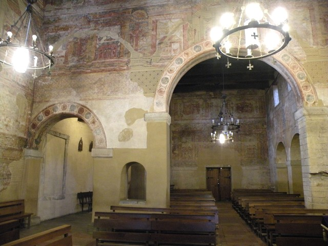 Vista de la nave central desde la cabecera.Observar la magnífica decoración del muro de separación con la nave de crucero y el conjunto de arcos entre las naves.