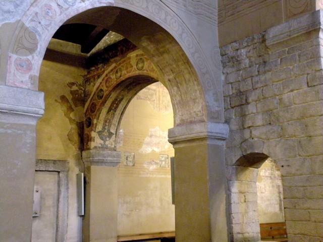 Detalle de los arcos de separación de la nave norte con la central y la de crucero.Observar en primer plano a la derecha, la ventana lateral en el muro de crucero.