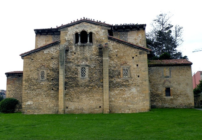 Vista general de la cabecera formada por tres ábsides con testero común plano. Observar la ventana triple sobre el ábside central que da acceso a una cámara aislada, típica de la arquitectura asturiana.