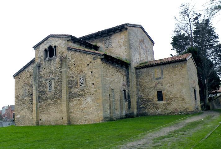 Vista de la iglesia desde el nordeste. Destaca la mole de la nave de crucero y la huella del gran ventanal que existía en la segunda planta del compartimentos lateral.