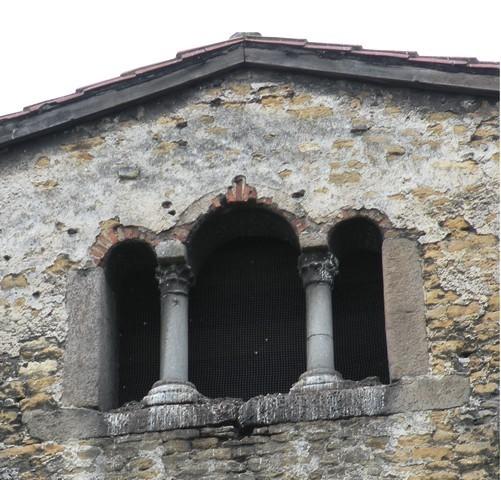 Detalle de la ventana trífora que da acceso al compartimento que existe sobre el ábside central. Estos compartimentos, accesibles sólo desde el exterior por una ventana de tres arcos, son caracteríristicos del arte asturiano.