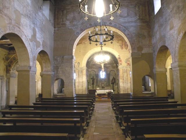 Vista general del interior desde la puerta principal. Observar la decoración pictórica en toda la iglesia y el gran arco y las dos ventanas en el muro de separación del crucero.